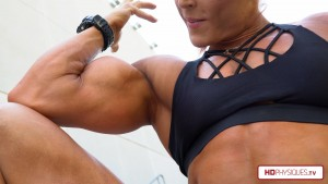 Click here to go see those ENORMOUS biceps and support Katie Lee in her Peak Power Clips Studio!